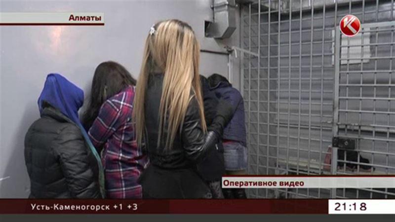 Алматинские полицейские устроили групповой захват проституток