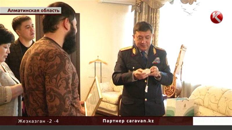 Алматинские полицейские наградили спасателей-добровольцев
