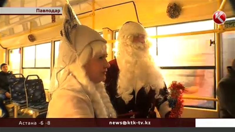 В Павлодаре по улицам ездит новогодний трамвай