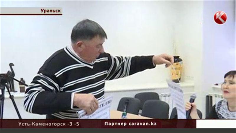 Уральские активисты подарили энергетикам тыкву и вымпел с надписью
