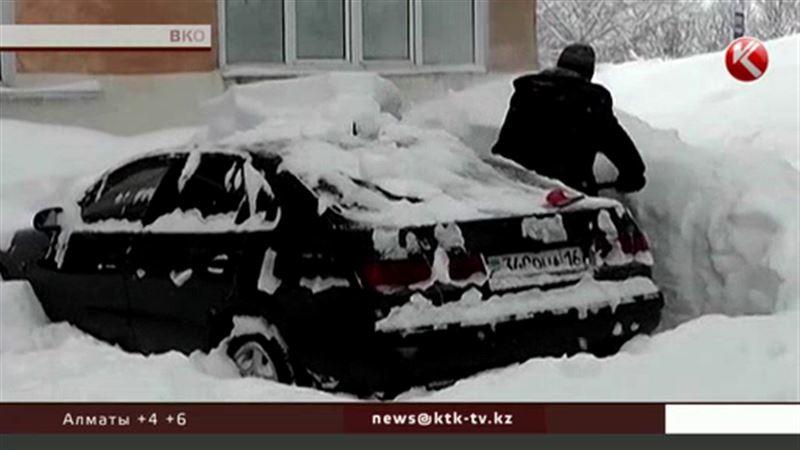 В Зыряновске люди с трудом выбирались из заметенных домов
