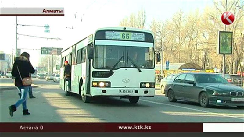 Алматинцы продолжают платить водителям наличными, невзирая на запрет
