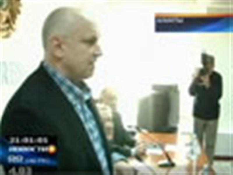 Владимира Козлова, лидера незарегистрированной оппозиционной партии «Алга!», забросали яйцами во время пресс-конференции