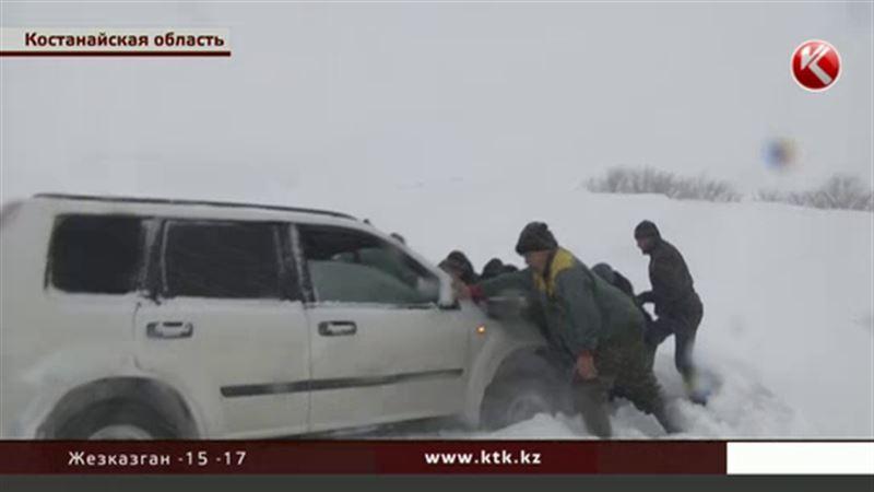 Пассажиры маршрутки руками вытолкали машину из заснеженного рва