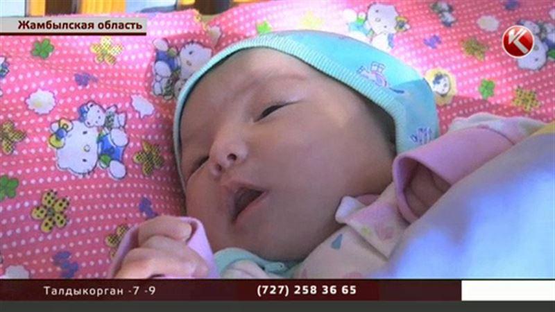 Рождённую в туалете девочку не хотят отдавать родной бабушке