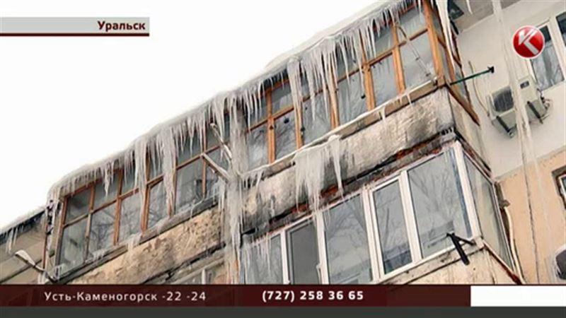 Уральцы в опасности: над городом нависли сосульки