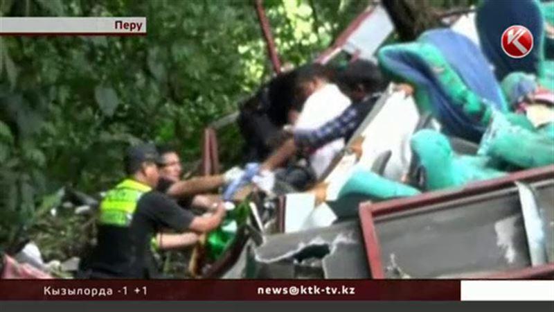 В Перу пассажирский автобус сорвался с моста
