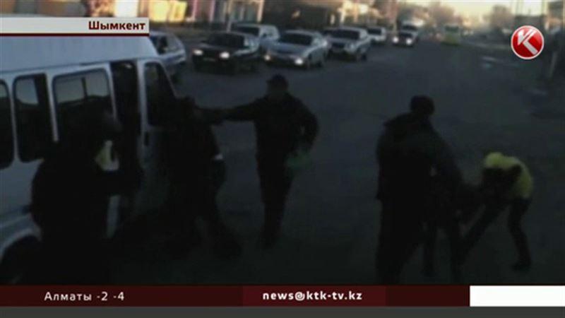 В Шымкенте водители и кондукторы устроили драку прямо на проезжей части