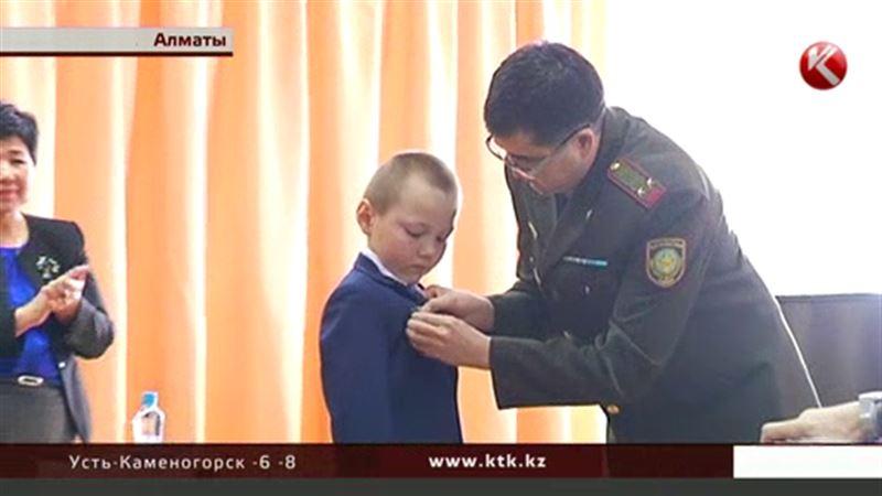 В Алматы медалью «За мужество» наградили пятиклассника