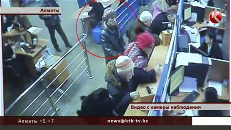 В Алматы женщину ограбили прямо в налоговой