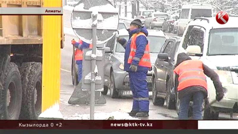 За одну снежную ночь алматинцы разбили больше ста машин