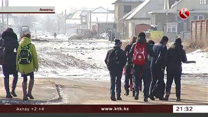 Первоклашки Алматы пешком добираются на занятия