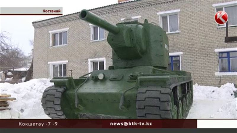 Жители пригорода Костаная вылепили из снега танк КВ-2