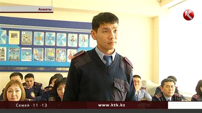Алматинские полицейские, медики и спасатели массово идут на курсы английского
