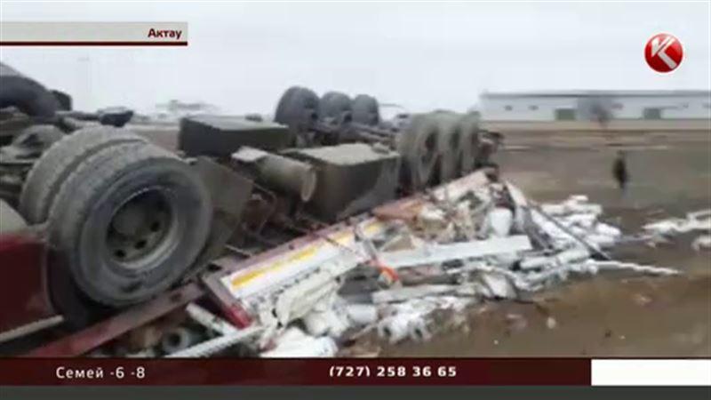 Грузовик, груженный туалетной бумагой, перевернулся в Актау