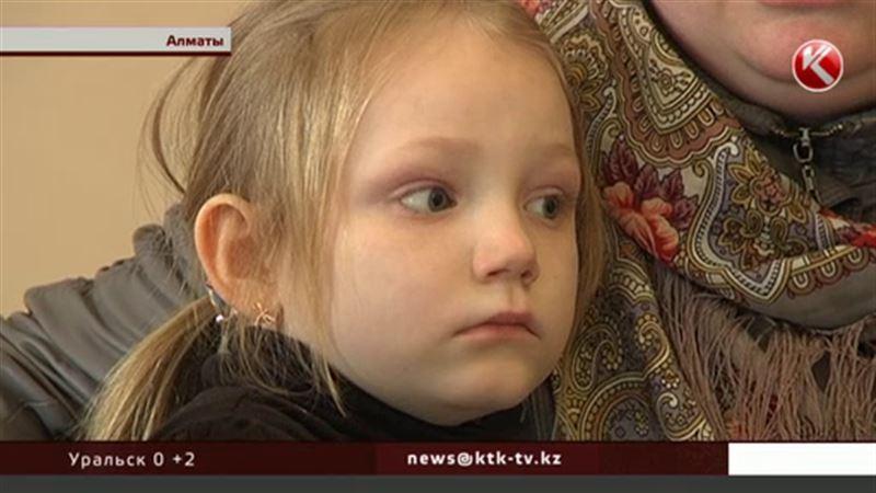 В алматинской школе на детей из одной семьи падают окна и плафоны