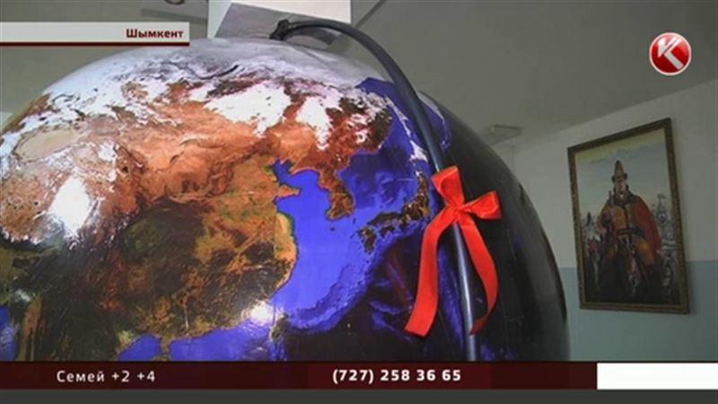 Шымкентские школьники смастерили огромный глобус