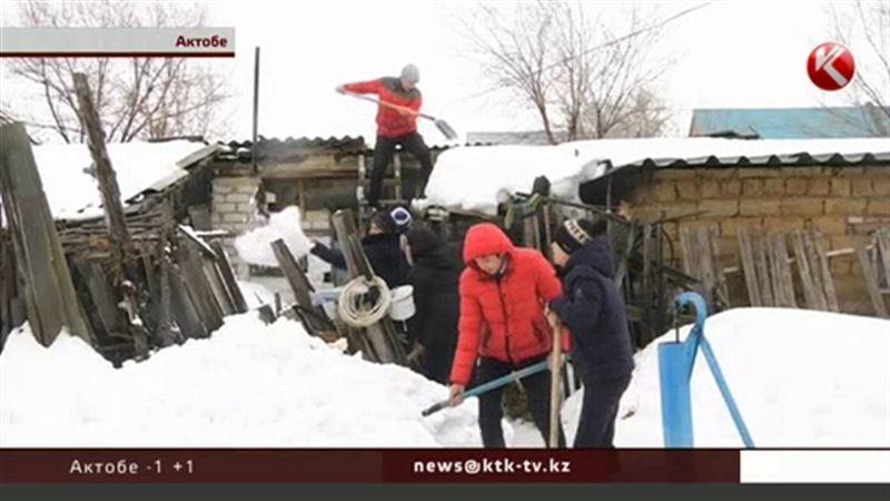 В Актобе школьники спасают от снега одиноких пенсионеров