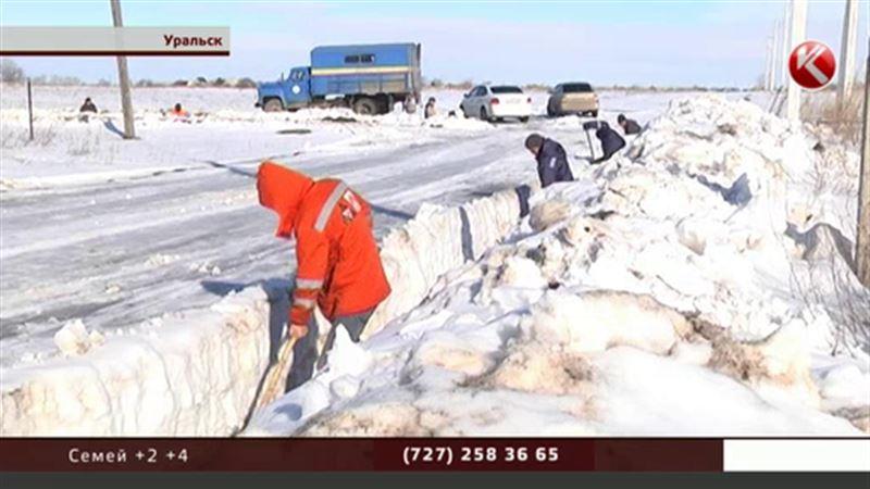 С окраин Уральска круглосуточно вывозят снег