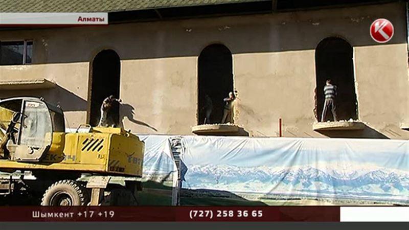 В Алматы снесли двухэтажный ресторан