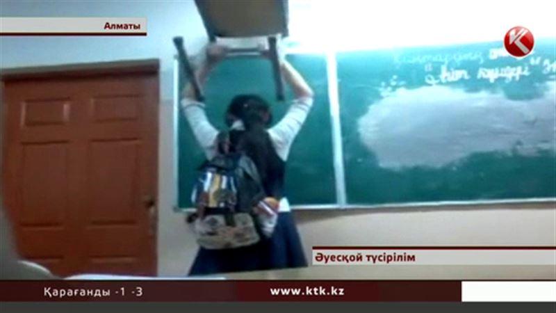 Алматыда оқушыға орындық көтергізіп қойған мұғалім жұмыстан қуылды