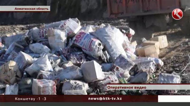 В Алматы пустили под бульдозер двадцать тысяч бутылок спиртного