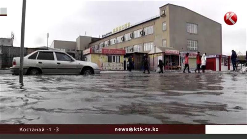 В Семее под воду уходят тротуары и дороги, даже в центре