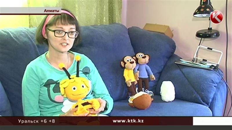 В Алматы девушка-инвалид должна связать 16 кукол, чтобы вылечить суставы