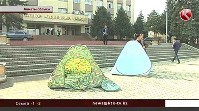 Алматы облысында ашынған жұрт аудан әкімдігінің алдына шатыр тігіп жатып алды