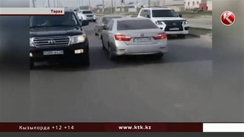 В Таразе разыскивают водителей, устроивших шоу на дороге