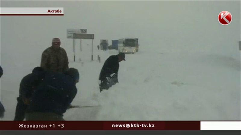 Под Актобе пассажиры провели ночь в заметенном снегом автобусе