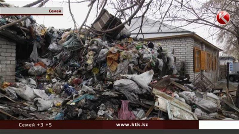 Мадам Плюшкина из Семея завалила мусором два дома и квартиру