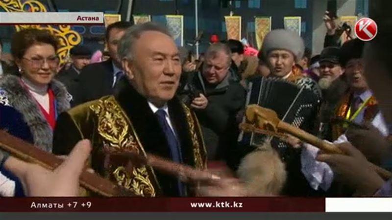 Нұрсұлтан Назарбаев үстіне шапан киіп Астананы аралады