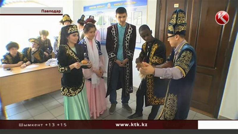 Казахстанцы приобщают нигерийца к казахской музыке, кухне и культуре