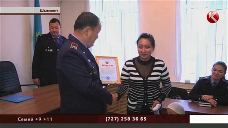 Битва за сосиски: две продавщицы задержали вооруженного грабителя