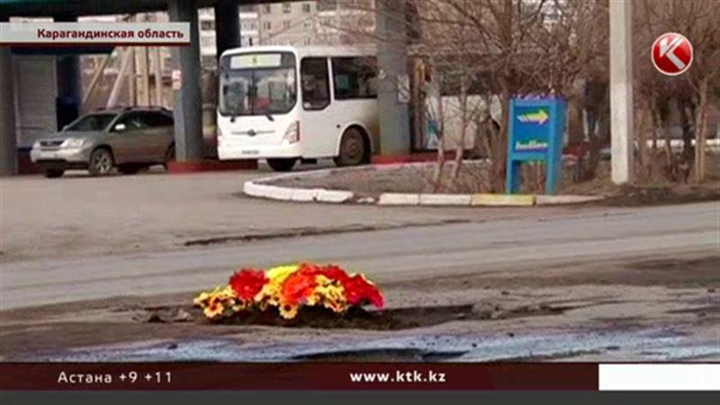 Автолюбители «высадили» в дорожных ямах кладбищенские цветы