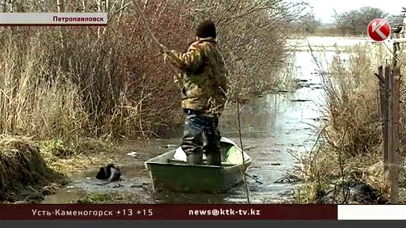 Петропавловские дачники, рискуя жизнью, плывут к своим участкам