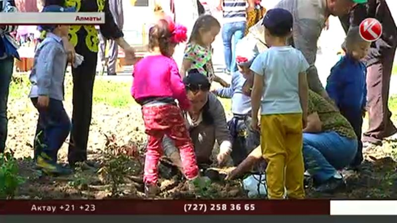 Алматинские малыши посадили тысячу роз