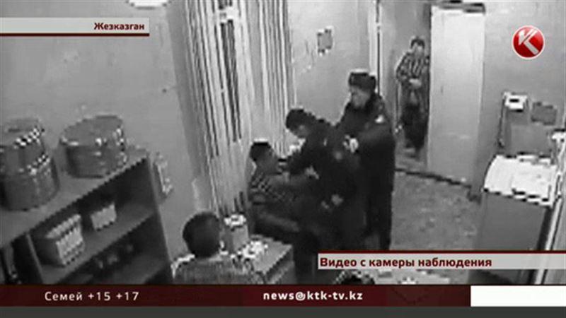 Родственники и коллеги вступились за полицейского, которого облили мочой