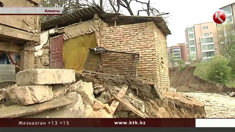 В Алматы из-за дождей вот-вот обрушится дом, хозпостройка уже сползла в реку