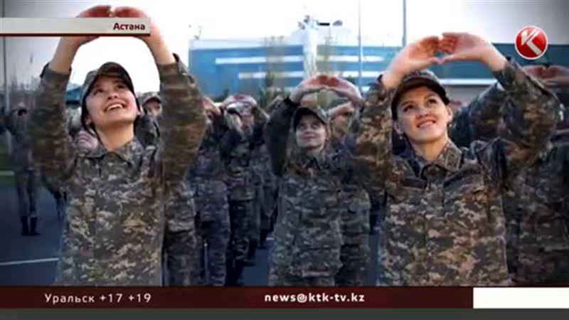 Военнообязанные девушки пустились в пляс