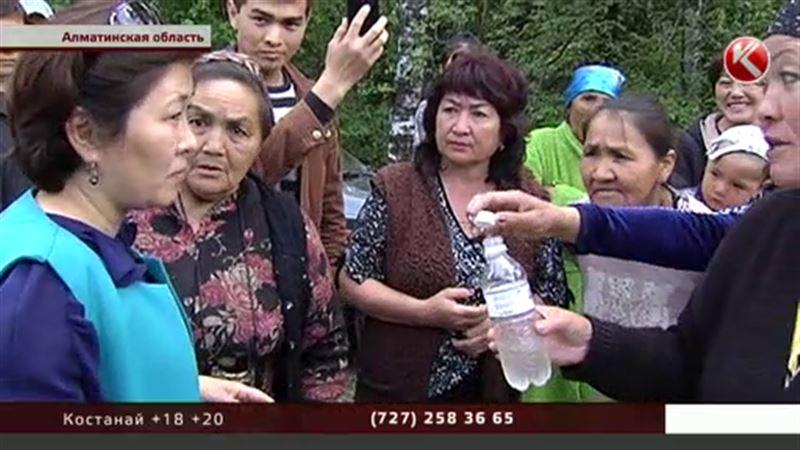 Чиновники Алматинской области отказались пробовать воду с фекалиями