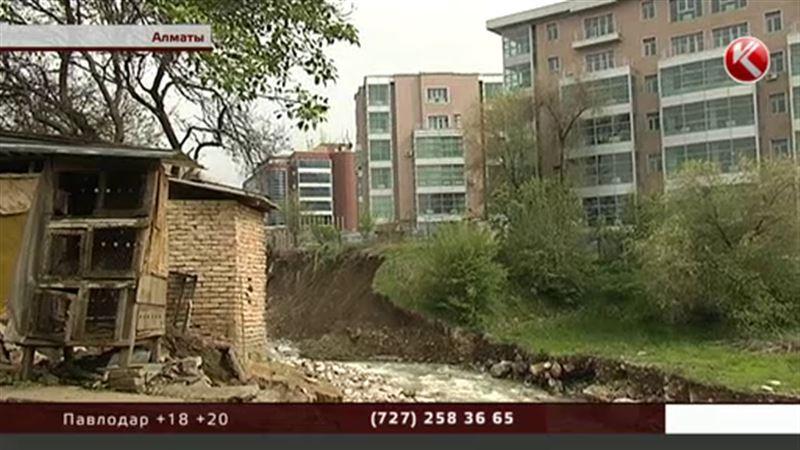 Алматинцам, живущим на реке Есентай, раздали уведомления о выселении