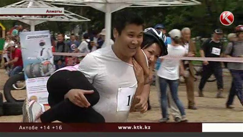 В Алматы прошел первый в стране забег с женами наперевес
