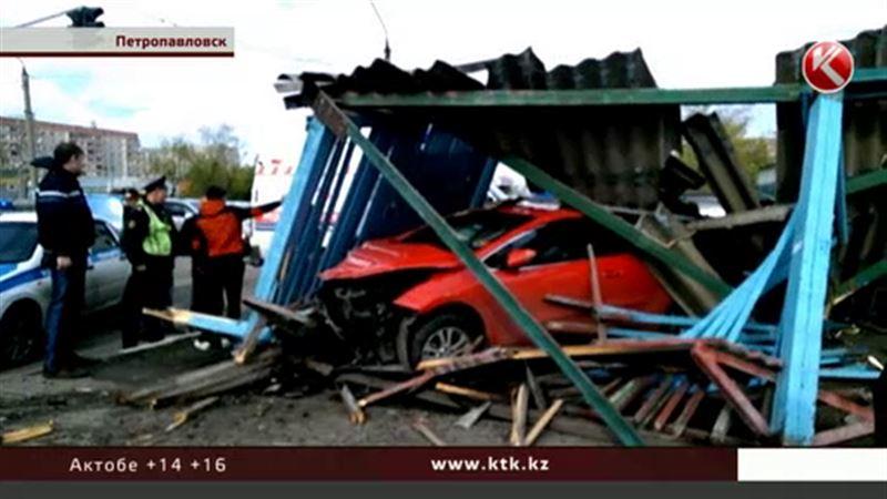 В Петропавловске машина на полной скорости протаранила остановку