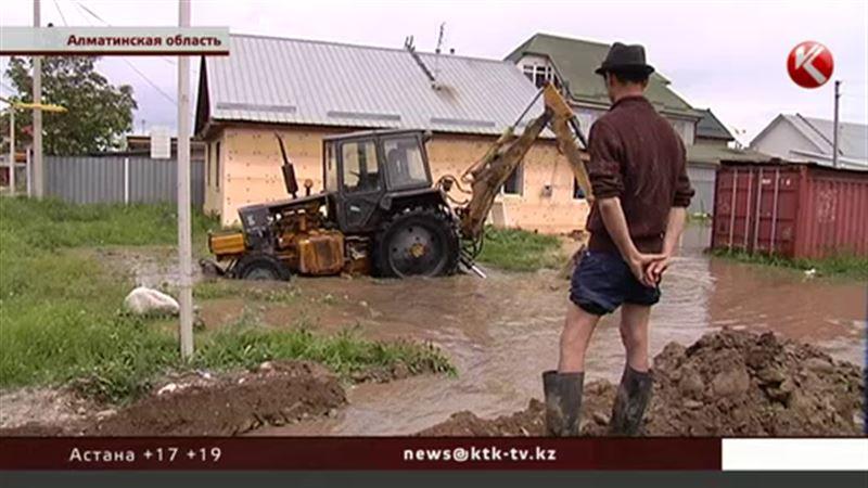 Чиновники и техника появились в затопленном Карасу только после визита журналистов