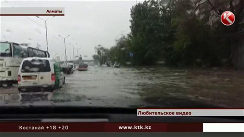 В Алматы спешно устраняют последствия сильнейшего ливня