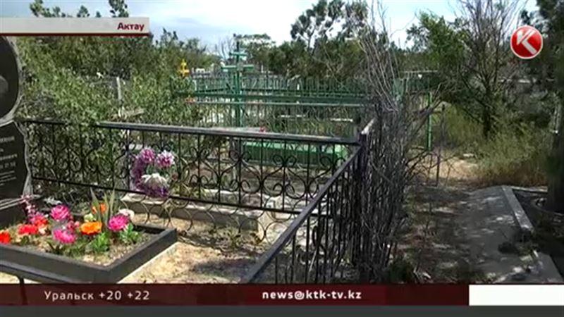 Жители Актау возят воду из дома, чтобы полить растения на кладбище