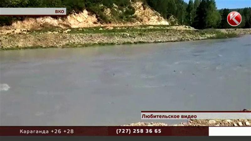 В Восточном Казахстане неожиданно посерела горная река