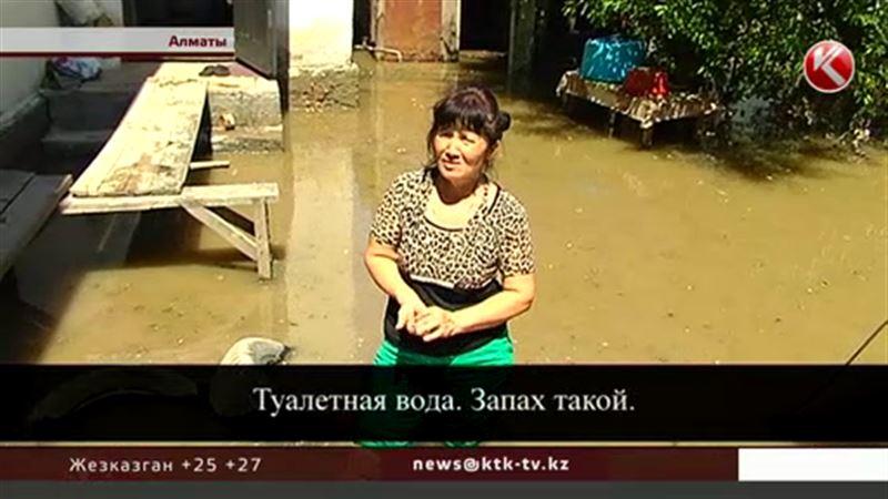 В Алматы двор затопило зловонными стоками
